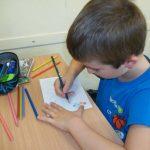 Dzień Kropki - uczeń rysuje