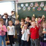 Uczniowie z klasy 1b trzymają sówki-atrybut ŚDTM.