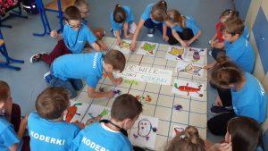 Uczniowie kodują za pomocą ozobotów. Ozoboty pokonują kolorowe trasy narysowane przez uczniów.