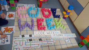 Koderki kodują trasy ozobotom.