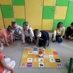 Dzieci obserwują robota Doc-a.