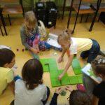 Dzieci układają tor dla myszki zgodnie z wynikami mnożenia ( elementy kodowania).