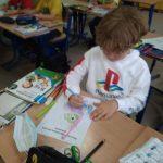 Uczeń dorysowuje i koloruje drugą część maskotki Światowego Dnia Tabliczki Mnożenia- niebieska sowę.
