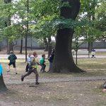Klasa 3a wyszła na spacer po mieście. Uczniowie przypomnieli sobie zasady bezpiecznego poruszania się pieszych w ruchu ulicznym, a później w parku miejskim bawili się w chowanego.