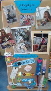 Zdjęcie przedstawia kolaż złożony ze zdjęć, na których są uczennice czytające książki oraz zakładki do książek