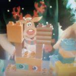 Uczeń prezentuje renifera z klocków lego duplo.