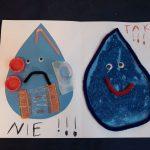 Praca plastyczna przedstawiająca dwie krople wody. Kropla z lewej smutna- zanieczyszczona, z prawej wesoła -czysta woda.