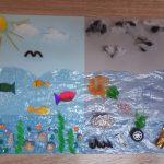 Praca plastyczna przedstawiająca życie w wodzie : po lewej zbiornik wody bez zanieczyszczeń z roślinnością i rybami, po prawej zbiornik zanieczyszczony, z odpadami.
