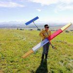 Franek z modelem samolotu w ręce