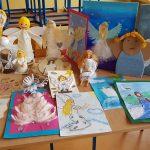 Zdjęcie przedstawia prace plastyczne na konkurs Anioł