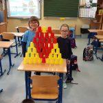 Uczennice klasy 1b z czerwonych i żółtych kubeczków ułożyły serce w formie przestrzennej.