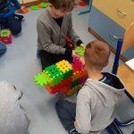 Chłopcy z klasy 1b ułożyli serce z kolorowych klocków wafli.