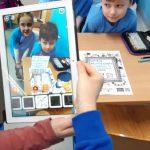 Koderki z 1b pracują w aplikacji Quiver, tworząc hasła na temat bezpieczeństwa w Internecie. Dziewczynka prezentuje swoją pracę.