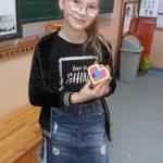 Uczennica z klasy 3b prezentuje serce z klocków lego.