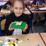 Uczennica klasy 3b zbudowała kotka z klocków lego.