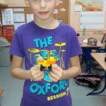 Uczeń klasy 3b zbudował serce z klocków lego.