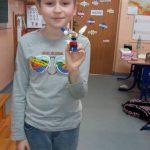 Uczeń klasy 3b zbudował kotka z klocków lego.