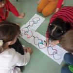Dzieci z klasy 2d przygotowały kolorowe trasy dla ozobotów.