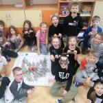 Uczniowie klasy 2a prezentują zakodowaną głowę kota.