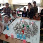Dzieci cieszą się z wykonanego zadania.