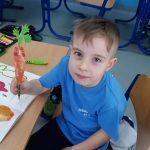 1b-Uczeń wykonał marchewkę na klasowe przedstawienie.