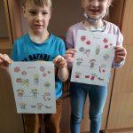 """1c- Dzieci prezentują ukończoną kolorowankę """"Ochrona przed wirusami"""""""