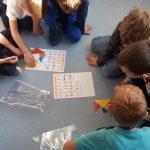 Uczniowie układają z tangramu poznane litery .