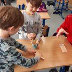 """Uczniowie grają w ,,Kaboom""""-matematyczną grę sprawdzającą umiejętność dodawania i odejmowania w zakresie 14."""