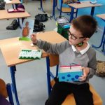 Chłopiec prezentuje własnoręcznie wykonany rysunek Czarnego Noska.