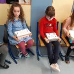 Uczennice prezentują własnoręcznie wykonane lekturowe pudełka.
