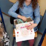Dziewczynka wyciąga z pudełka pamiętnik.