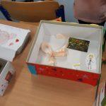 Lekturowe pudełko z zawartością: kokardka