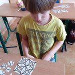 Kafelki matematyczne do tworzenia kompozycji własnych oraz zgodnych ze wzorem.