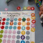 """Gra ,,Matematyczna gąsieniczka""""- drużyny zbierają punkty z obliczeń matematycznych. Zdobyte punktu układają na macie i budują gąsienicę, wygrywa drużyna która pierwsza ułoży jak najwięcej kółek dla gąsieniczki."""