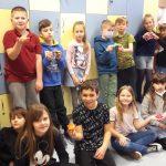 Uczniowie prezentują swoje piramidy.