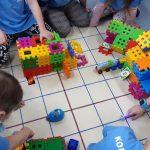 Uczniowie za pomocą ozobotów i robota -myszki kodują wyniki z działań matematycznych .