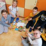 2a-Dzieci prezentują posegregowane produkty spożywcze.
