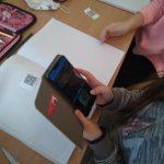 2b- Uczeń odczytuje kod QR pod, którym są ukryte zasady higieny.