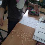 Uczeń tworzy z zapałek rysunek według wzoru.