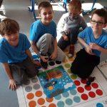 Chłopcy prezentują zakodowany obraz z puzzli.