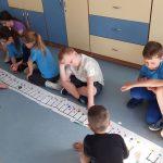 Uczniowie prezentują trasę ozobota po łące- zakodowane kody.