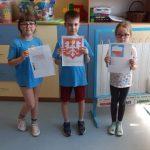 Uczniowie przedstawiają zakodowane symbole narodowe.