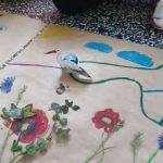Ozobot -bocian zwiedza łąkę.
