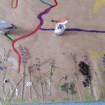 Piękna łąka z zasuszonych roślin- ozoboty wędrują po wyznaczonej trasie.