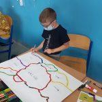 Uczeń koloruje komendy dla ozobotów.