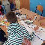 Uczeń wpisuje kody i koloruje trasę dla ozobotów.