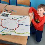 Uczeń prezentuje trasę dla ozobotów.