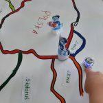 Podróż ozobotów po mapie Europy, przygotowanej przez uczniów.