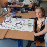 Uczennica śledzi trasę ozobota na mapie Europy.