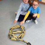 Rozszerzona rzeczywistość-dwie dziewczynki i wąż w 3d